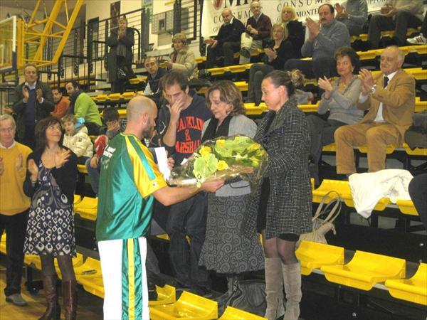 L'omaggio floreale alle figlie di Carla Paciotti, grande tifosa costoniana