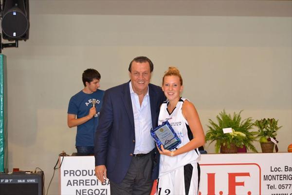 Il Presidente Ghezzi premia la giocatrice Barbucci