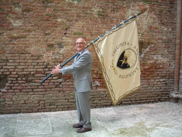 Osvaldo Bonelli con la bandiera del Costone