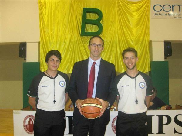 Andrea Cessel con gli arbitri della gara, Zanzarella e De Luca