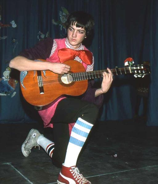 Un giovane Roberto Ricci si esibisce sul palco del Teatro del Costone durante il muscial Alice nel Paese delle Meraviglie
