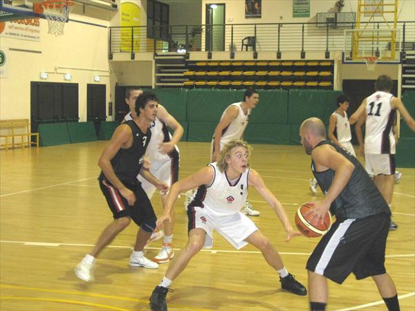 Fase della partita amichevole tra Costone e Basket Australian Team