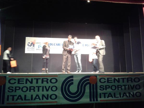 Roberto Bruttini riceve la targa da Igor Cassina