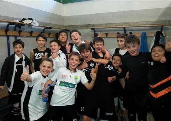 La squadra Esordienti dellla VisMederi Costone esulta negli spogliatoi dopo la vittoria nel derby con la Mens Sana