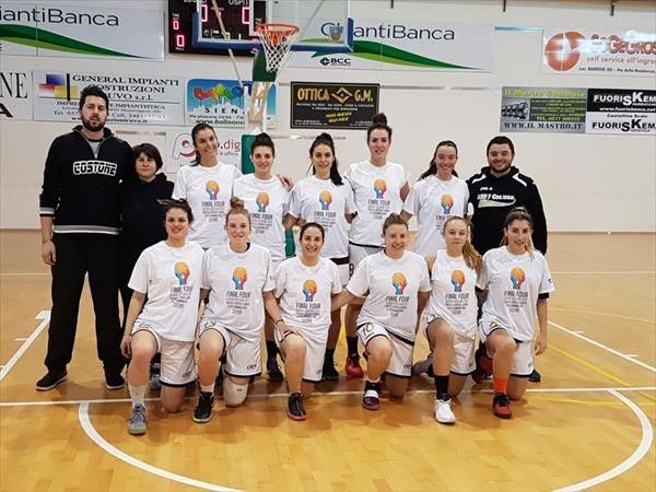 Le ragazze del Costone con la maglietta delle Finali della Coppa Toscana
