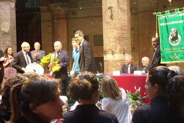 Alessandro Morbidi riceve l'omaggio floreale del Costone