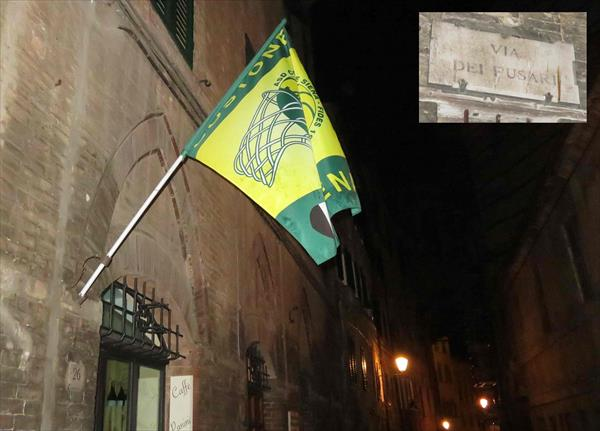 La bandiera del Costone esposta al bar dei Fusari