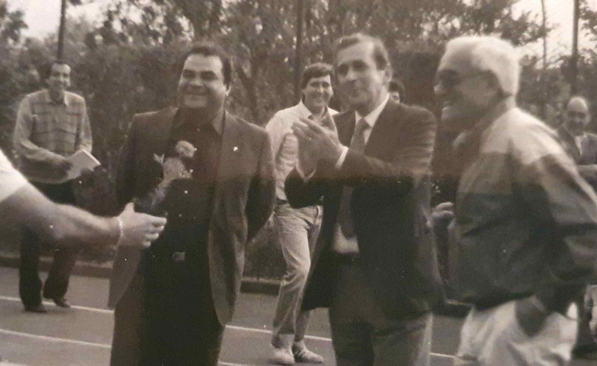 1983-Torneo del Minestrone - Mario Morandini dietro Don Gaetano e Valdo Ferrini.jpg