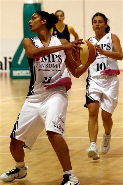 Valentina Piroli strappa la palla con grinta